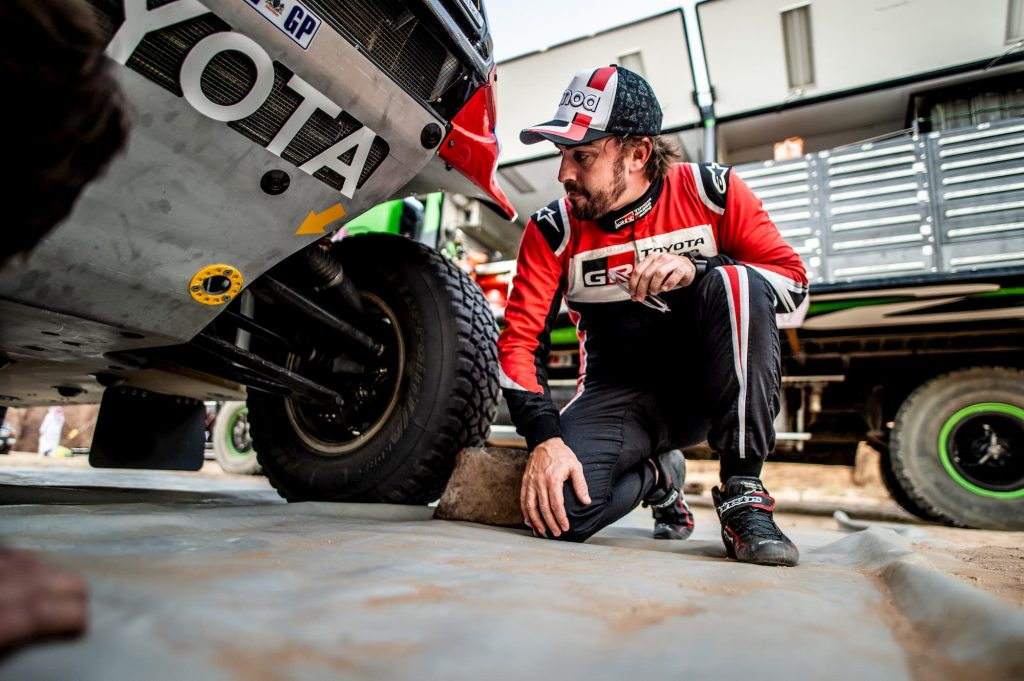 Fernando Alonso controla su Toyota