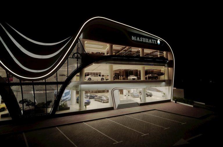 la fachada del concesionario de Maserati en Dubai